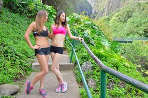 http://img45.imagevenue.com/loc111/th_557935600_Mary_and_Aubrey_Hawaii_II_Hiking_Lao_Valley_19_123_111lo.jpg