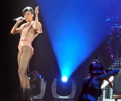 Rihanna (Рианна) - Страница 22 Th_52570_Rogger_RiRi22_122_694lo